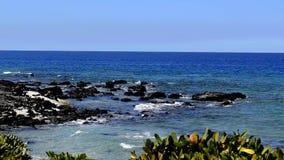 Oceaangolven die op de rotsen bespatten stock video