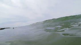 Oceaangolven die op het Strand in Californië breken stock footage