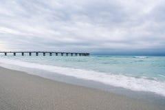 Oceaangolven die op het strand verpletteren Royalty-vrije Stock Foto