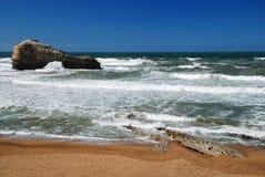 Oceaangolven die op zandkust lopen op het tijdstip van eb. Stock Afbeelding