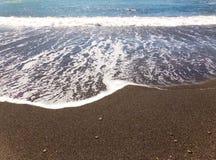 Oceaangolven die over het zand van de kust van Californië wassen royalty-vrije stock foto