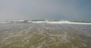 Oceaangolven die over Sandy Beach naderbij komen stock videobeelden