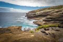 Oceaangolven die rond de unieke vormingen van de lavarots van het Lanai-Vooruitzicht op Oahu, Hawaï wervelen stock foto