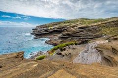 Oceaangolven die tegen de unieke vormingen van de lavarots van het Lanai-Vooruitzicht op Oahu, Hawaï verpletteren royalty-vrije stock foto