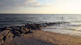 Oceaangolven die tegen Steenachtige Golfbreker verpletteren stock footage