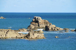 Oceaangolven en rotsen in water Royalty-vrije Stock Fotografie