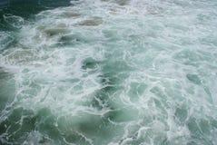 Oceaangolven en Schuim Stock Afbeelding