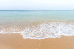 Oceaangolven en strand met zand op Koh Lanta, Krabi, Thailand Stock Afbeeldingen