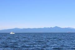 Oceaangolven met een vulkaan op de horizon Royalty-vrije Stock Afbeelding