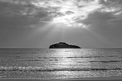Oceaangolven met een zonnestraal royalty-vrije stock afbeelding