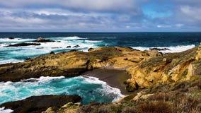 Oceaangolven tegen klippen op een bewolkte dag van Californië stock video