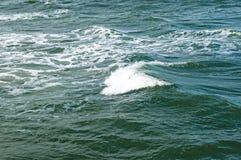 Oceaangolven, waterachtergrond met exemplaarruimte Royalty-vrije Stock Afbeeldingen