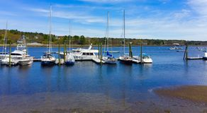 Oceaanhaven in centraal Maine met zeilboten en motorboten royalty-vrije stock afbeeldingen