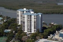 Oceaanhavenflatgebouw met koopflats royalty-vrije stock afbeeldingen