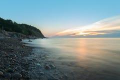 Oceaankust bij een barst van dageraad (Langzame blindsnelheid) Royalty-vrije Stock Afbeeldingen