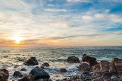 Oceaankust bij zonsopgang stock afbeeldingen