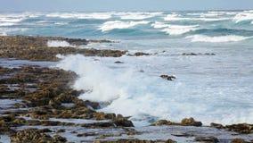 Oceaankust Vuurtoren van San Pedro de Moel De golven verplettert de ertsader stock videobeelden