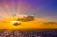 Oceaanlandschapszonsondergang met wolken en kleurrijke hemel Stock Foto's
