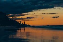 Oceaanoever met stad op achtergrond stock fotografie