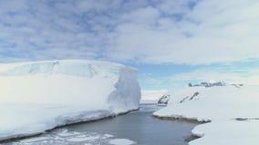 Oceaanpas door ijsberg en het land van Antarctica stock footage