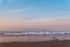 Oceaanstrand bij de barst van dageraad Stock Afbeeldingen