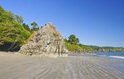 Oceaanstrand en Rotsen op een stille kust royalty-vrije stock fotografie