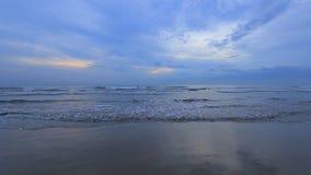 Oceaanstrand na zonsondergang stock videobeelden