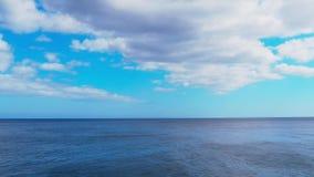 Oceaantijdtijdspanne met snel bewegende wolken over vlak water stock videobeelden