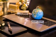 Oceaanvracht - van de bedrijfs stillevenlogistiek concept met laptop, telefoon, mini verschepende kartons royalty-vrije stock afbeeldingen