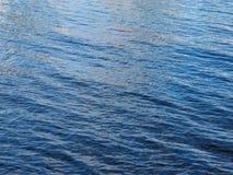 Oceaanwaterrimpelingen van de kust van Oahu die op licht wijzen Royalty-vrije Stock Afbeeldingen