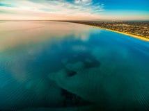Oceaanwaterspiegel met wolkenbezinningen royalty-vrije stock foto's