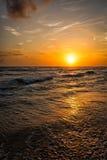 Oceaanzonsondergang met golven stock foto