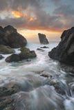 Oceanów przepływy przez kanału przy latarni morskiej plażą Przesyłają Macquar Zdjęcia Royalty Free