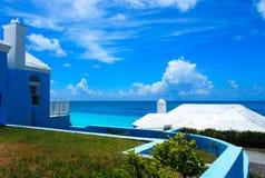 Ocean Błękitny Nawadnia z czarnego Skalistej plaży niebieskiego nieba białymi chmurami w horyzoncie Zdjęcia Stock