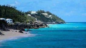 Ocean Błękitny Nawadnia z czarnego Skalistej plaży niebieskiego nieba białymi chmurami w horyzoncie Fotografia Stock