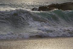 Ocean brzegowe Piękne fale kipiel w promieniach wieczór słońce Piaskowata plaża obraz stock