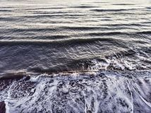Ocean fala łama w wybrzeże z backwash zdjęcia royalty free