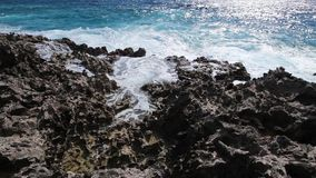 Ocean fala łama na rafowym brzeg zbiory wideo