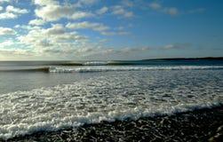 Ocean fala łama flawlessly lewica i prawica na pogodnym afterno Fotografia Stock