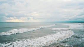 Ocean fala iść jeden jeden wybrzeże tropikalna wyspa na chmurnym dniu zdjęcie wideo