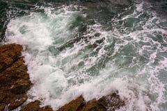 Ocean fala pluśnięcie na rafowym wideo Zdjęcia Stock