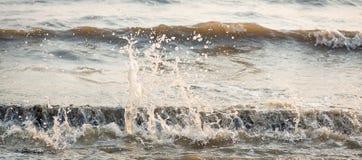 Ocean fala przeciw skałom Denna fala uderzeniowej piana na otoczaka kamienia plaży Obrazy Royalty Free