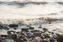 Ocean fala przeciw skałom Denna fala uderzeniowej piana na otoczaka kamienia plaży Obrazy Stock