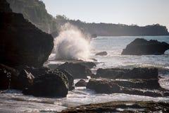 Ocean fala rozbija na skałach w zmierzchu Zdjęcia Royalty Free