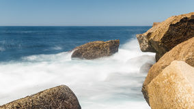 Ocean fala skała obraz stock