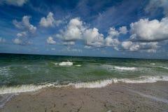Ocean fala stacza się wewnątrz na plaży Zdjęcie Stock