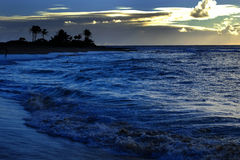 Ocean fala wyspy niebo i chmur drzewka palmowe Obrazy Royalty Free
