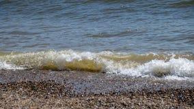 Ocean fale na otoczaku wyrzucać na brzeg obrazy royalty free