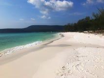 Ocean, fale, palmy, zmierzch palmy Kambodża zdjęcie royalty free