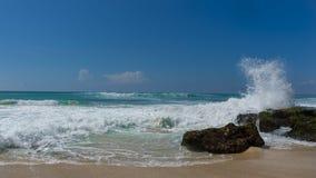 Ocean fali pluśnięcia przeciw plażowym skałom obraz stock